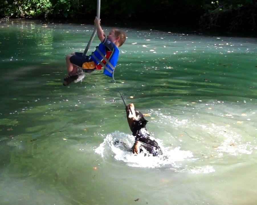 Schockmoment in Texas: Als der kleine Cade Cummins (Bild) an einem Seil über dem See schaukelt, wird er von seinem Hund ins Wasser gezogen. Kann er... - Bildquelle: 2011, The Travel Channel, L.L.C.