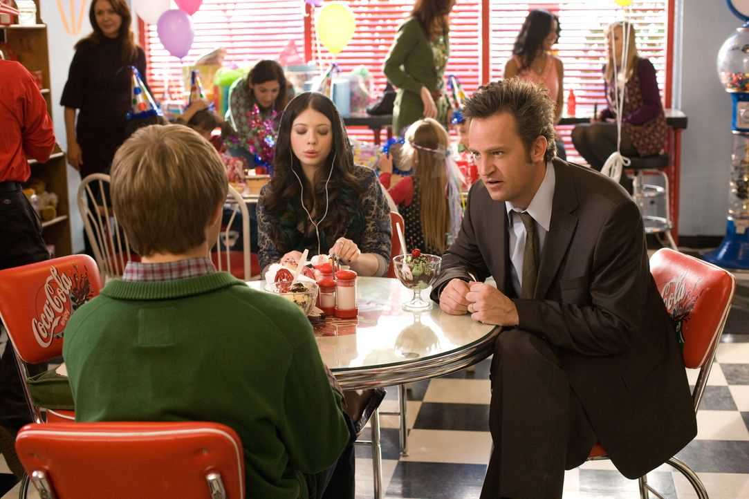 Für seine Kinder (Sterling Knight, l., Michelle Trachtenberg, M.) ist Mike (Zac Efron, r.) ein Loser, von dem sie sich nichts sagen lassen wollen. D... - Bildquelle: 2008   Warner Bros.