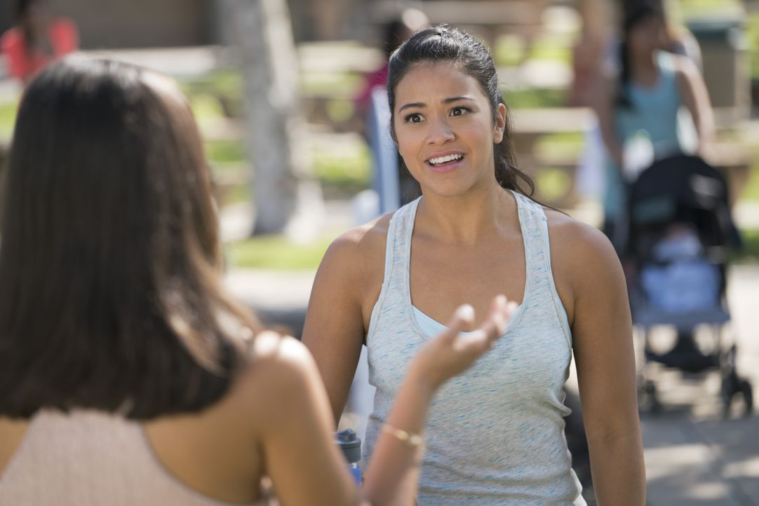 Jane (Gina Rodriguez, r.) hat ein Problem - sie hat den Geburtstag ihrer besten Freundin Lina (Diane Guerrero, l.) vergessen, der sie eine Party ver... - Bildquelle: Michael Desmond 2015 The CW Network, LLC. All rights reserved.