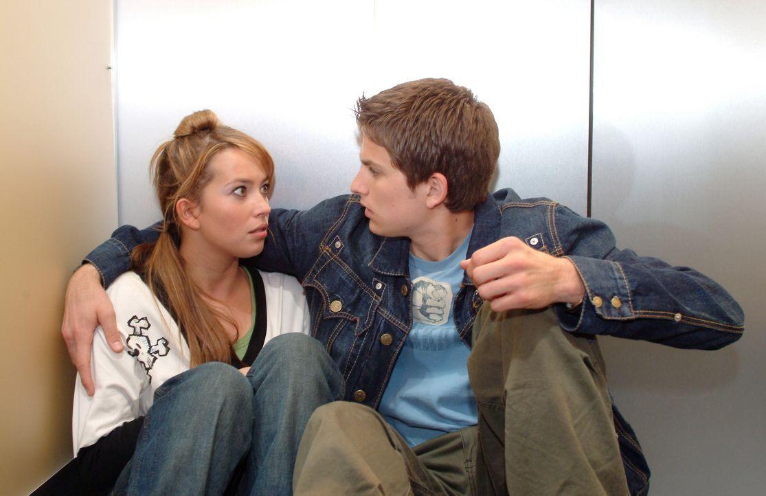 Timo (Matthias Dietrich, r.) blickt Hannah (Laura Osswald, l.) ungläubig und schockiert an. Wie konnten sie sich nur küssen - wo er doch frisch in K... - Bildquelle: Monika Schürle SAT.1 / Monika Schürle