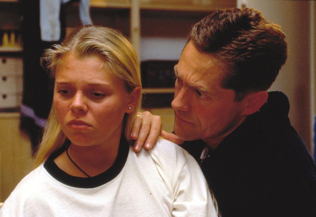 Das Verhältnis zwischen Natalie (Anne Sophie Briest, l.) und ihrem Vater (Udo Schenk, r.) wird immer gespannter, bis sie es bei ihren Eltern nicht... - Bildquelle: Sat.1