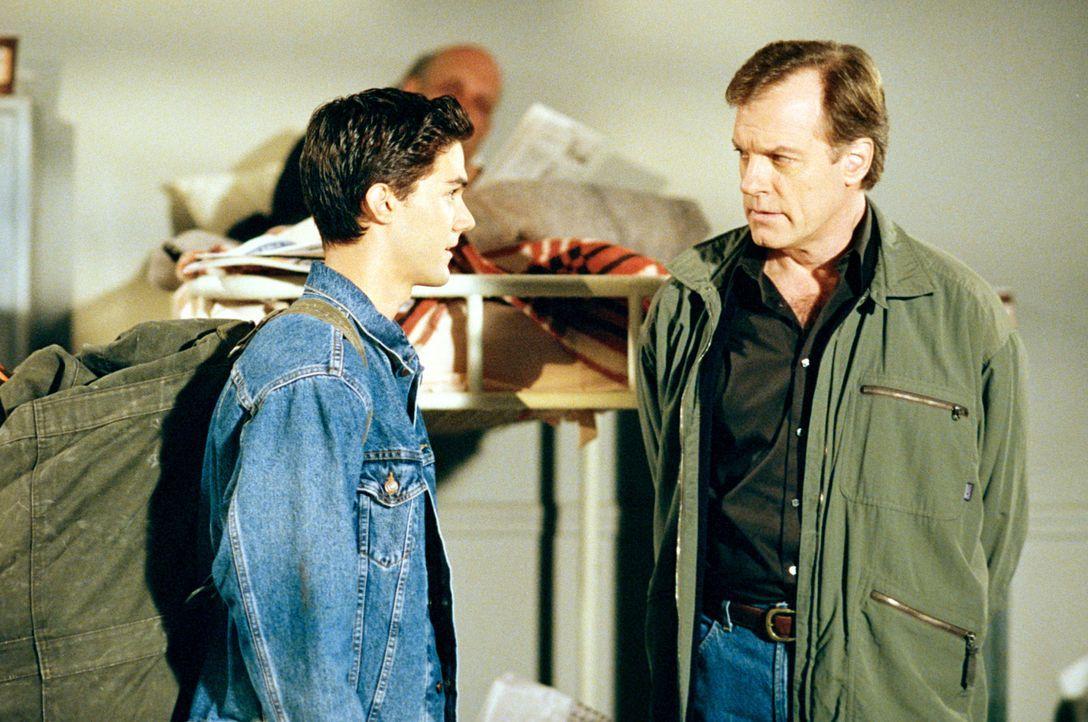 Nach der Absage der Hochzeit hat Cheryl Robbie (Adam LaVorgna, l.) vor die Tür gesetzt. Eric (Stephen Collins, r.) findet Robbie auf der Straße und... - Bildquelle: The WB Television Network