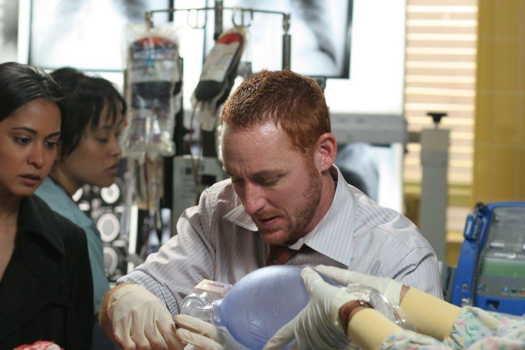 Ein Wettlauf mit der Zeit: Dr. Archie Morris (Scott Grimes) ... - Bildquelle: Warner Bros. Television
