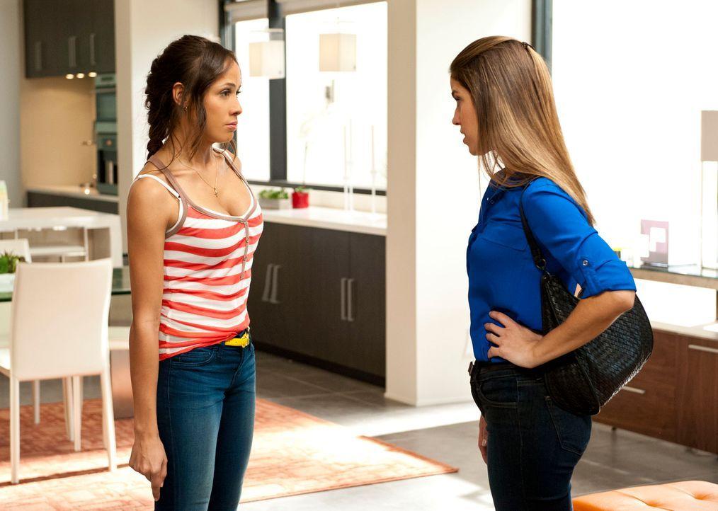 Geraten aneinander, als Rosie (Dania Ramirez, l.) die Wahrheit über Marisol (Ana Ortiz, r.) herausfindet ... - Bildquelle: ABC Studios
