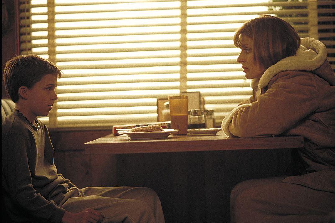 Schon nach kurzer Zeit fällt Dr. Jennifer Stillman (Nastassja Kinski, r.) Ben (Bobby Edner, l.), der offensichtlich traumatisierte Sohn von Dr. Mic... - Bildquelle: 2004 Sony Pictures Television International. All Rights Reserved.