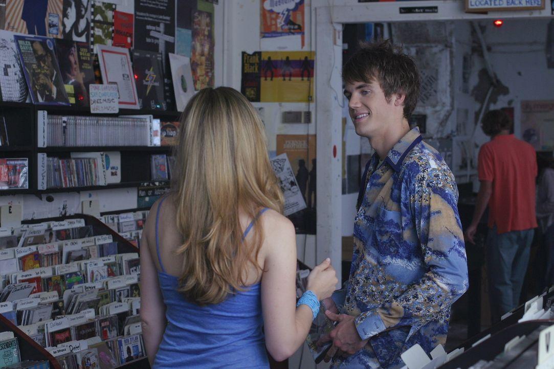 Haley (Bethany Joy Galeotti, l.) hat seit der Trennung von Nathan von der Musik die Nase voll. Chris (Tyler Hilton, r.) lässt jedoch nichts unversu... - Bildquelle: Warner Bros. Pictures