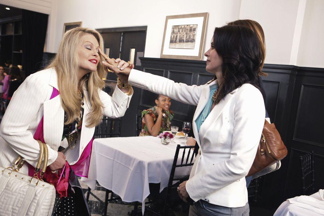 Der Apfel fällt nicht weit vom Stamm - und so erkennt Jules (Courteney Cox, r.) beim Zusammentreffen mit Sheila (Beverly D'Angelo, l.) woher Laurie... - Bildquelle: 2009 ABC INC.