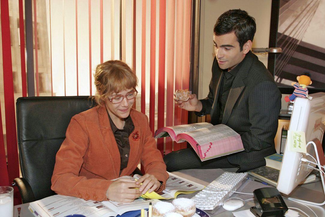 Lisa (Alexandra Neldel, l.) wird verlegen, als David (Mathis Künzler, r.) ihr gesteht, dass er es vermisst hat, mit ihr zu arbeiten. (Dieses Foto vo... - Bildquelle: Noreen Flynn SAT.1 / Noreen Flynn