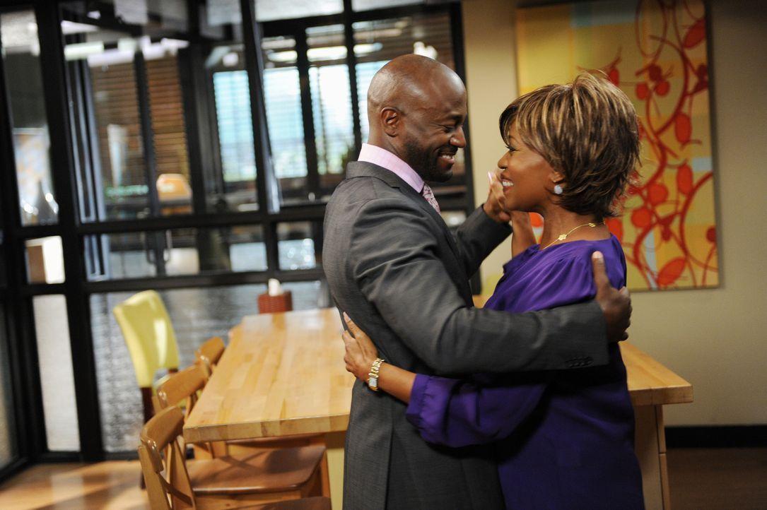 Während sich Dee Bennett (Alfre Woodard, r.) Hilfesuchend an ihren Sohn Sam (Taye Diggs, l.) wendet, wird dieser für eine Reality-Show auf Schritt... - Bildquelle: ABC Studios