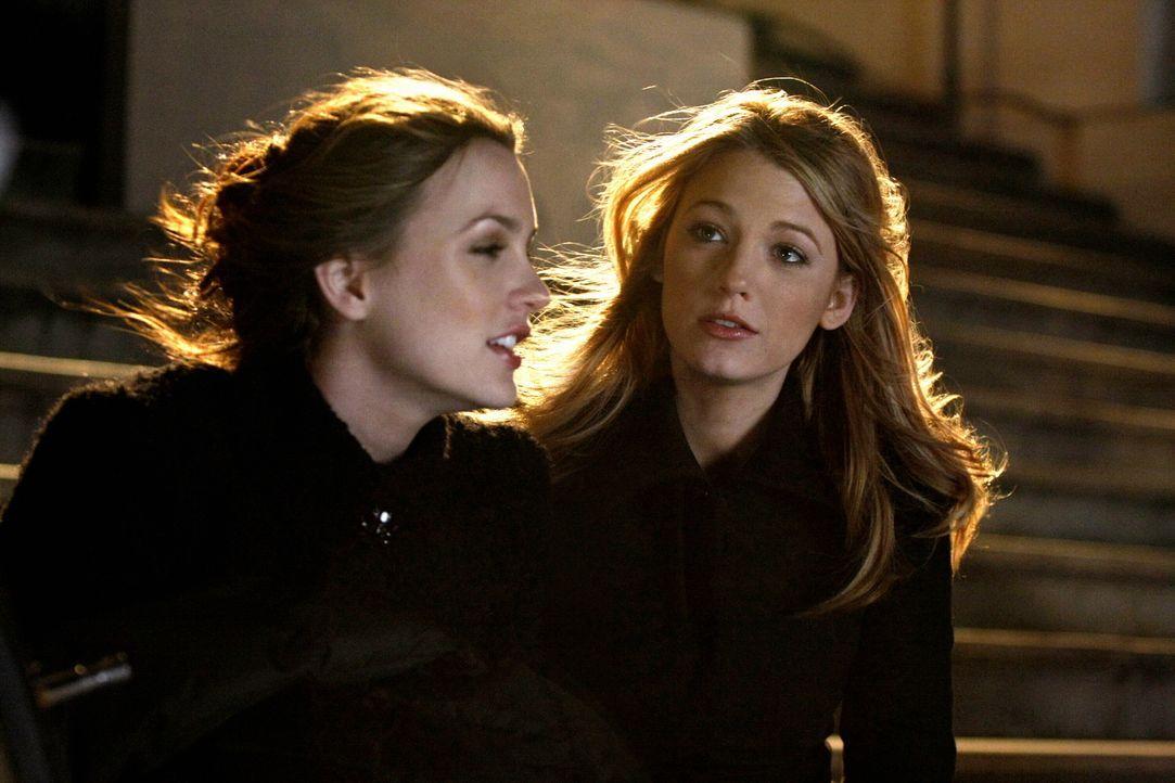 Eine Ära geht zu Ende: Blair (Leighton Meester, l.) und Serena (Blake Lively, r.) schwelgen in gemeinsamen Erinnerungen .... - Bildquelle: Warner Brothers