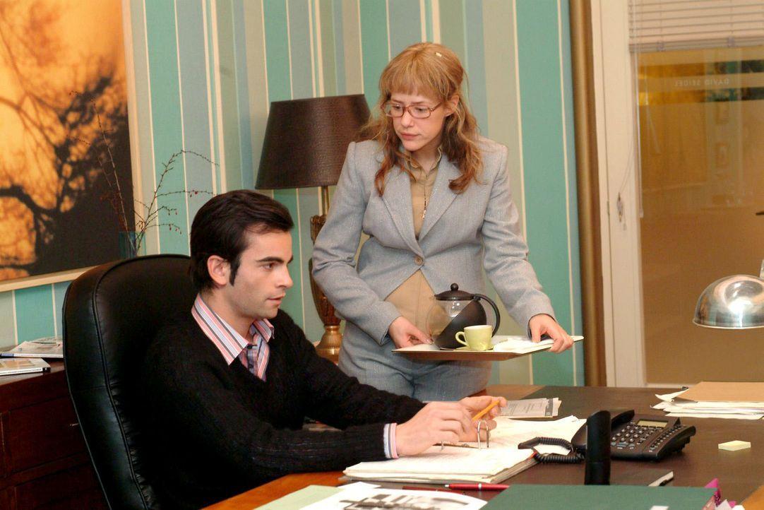 Lisa (Alexandra Neldel, r.) bemüht sich sehr, an ihrem ersten Arbeitstag als Davids (Mathis Künzler, l.) neue Assistentin alles richtig zu machen. D... - Bildquelle: Monika Schürle SAT.1 / Monika Schürle