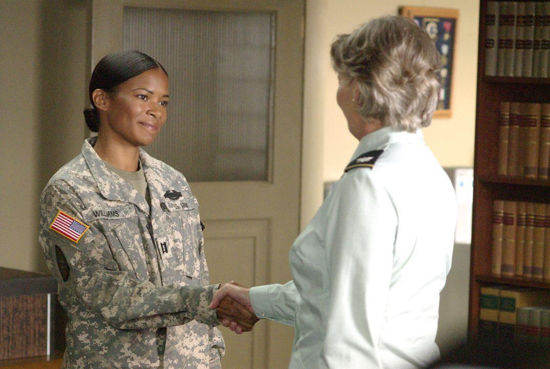 Jetzt lächelt Tasha (Rose Rollins, l.) noch - doch mit Colonel Gillian (Kelly McGillis, r.) wird ihr das Lachen noch vergehen... - Bildquelle: Metro-Goldwyn-Mayer Studios Inc. All Rights Reserved.