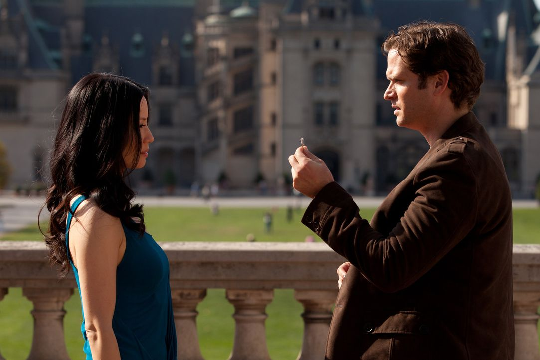 Reist Rae (Lucy Liu, l.) um die halbe Welt nach: Luke (Steven Pasquale, r.) macht ihr einen Heiratsantrag ... - Bildquelle: Bob Mahoney CPT Holdings, Inc.  All Rights Reserved.     (Sony Pictures Television International)