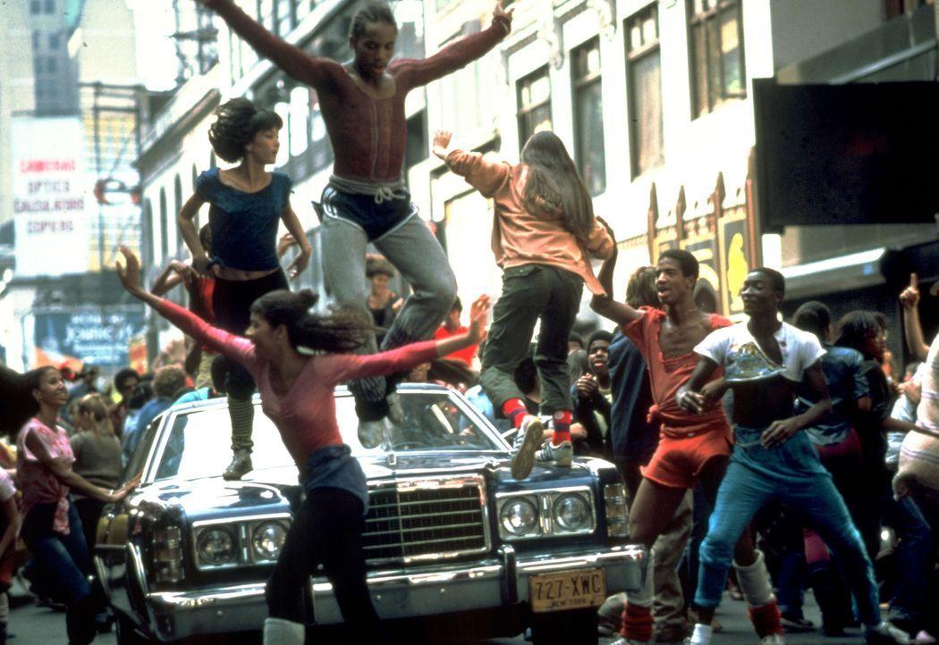 Acht ehrgeizige Jugendliche (Gene Anthony Ray, M.) wünschen sich nichts sehnlicher, als irgendwann als tanzende Stars im Rampenlicht zu stehen ... - Bildquelle: Warner Brothers International Television Distribution Inc.