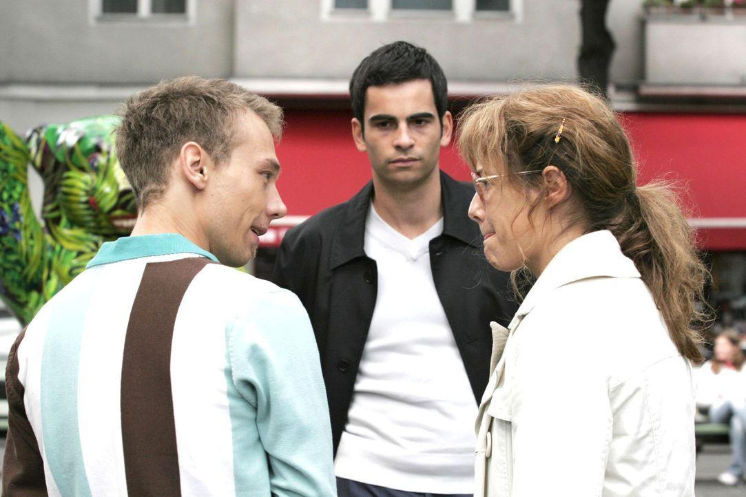Als Lisa (Alexandra Neldel, r.) empört Richards Wohnung verlässt, trifft sie nicht ganz zufällig auf Jürgen (Oliver Bokern, l.) und David (Mathi... - Bildquelle: Noreen Flynn Sat.1