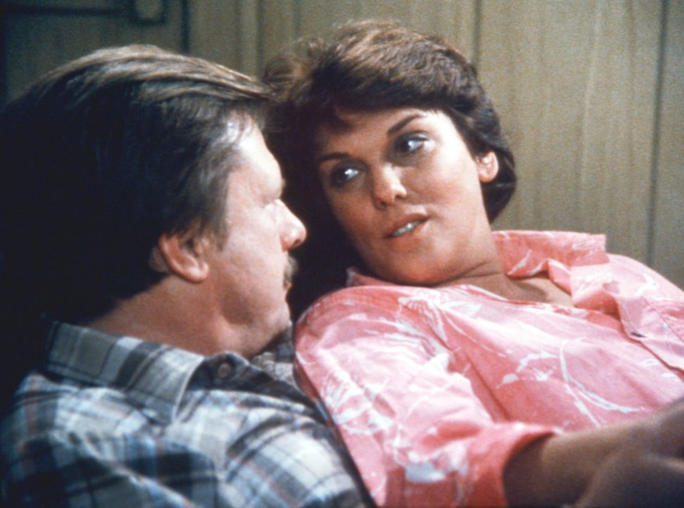 Harvey (John Karlen, l.) und Lacey (Tyne Daly) sind überglücklich. Lacey hat die Operation überstanden. - Bildquelle: ORION PICTURES CORPORATION. ALL RIGHTS RESERVED.