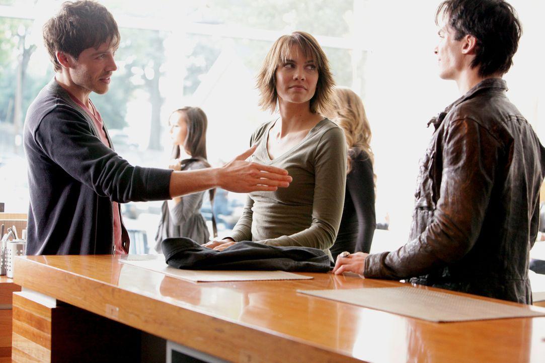 Rose (Lauren Cohan, M.) stellt Damon (Ian Somerhalder, r.) Slater (Trevor Peterson, l.) vor, welcher ihnen helfen soll Klaus zu finden ... - Bildquelle: Warner Brothers