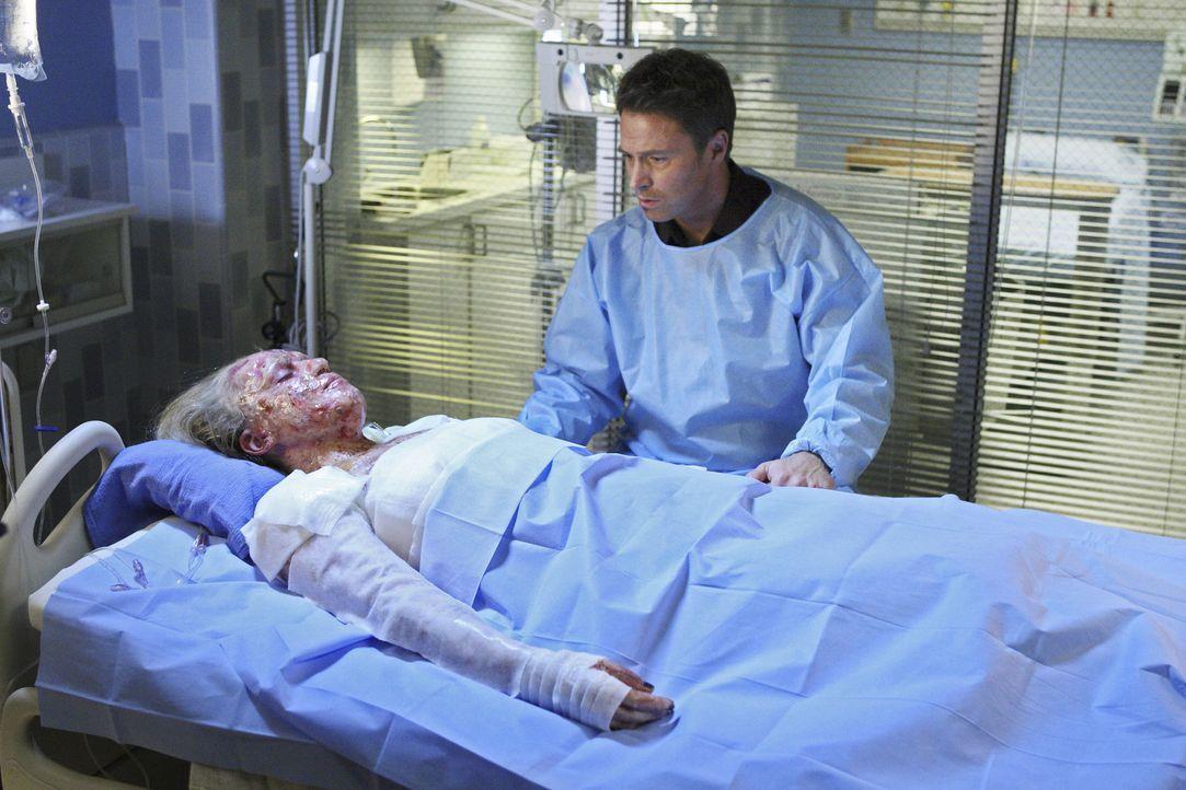 Pete (Tim Daly, r.) kümmert sich um Dells Ehefrau Heather (Agnes Bruckner, l.) die bei einer Explosion lebensgefährlich verletzt wurde ... - Bildquelle: ABC Studios