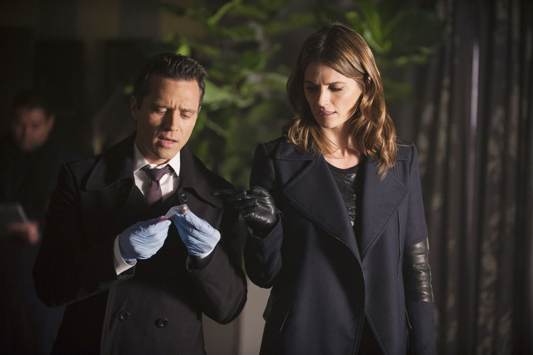 Versuchen, einen neuen Mordfall aufzuklären: Ryan (Seamus Dever, l.) und Beckett (Stana Katic, r.) ... - Bildquelle: ABC Studios