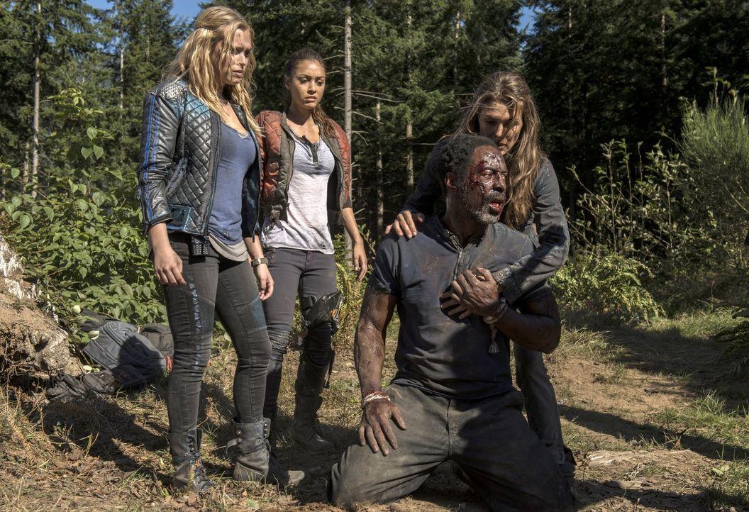 Jaha (Isaiah Washington, 2.v.r.) soll seinen Freunden eine Nachricht überbringen. Clarke (Eliza Taylor, l.), Raven (Lindsey Morgan, 2.v.l.) und Abi... - Bildquelle: 2014 Warner Brothers