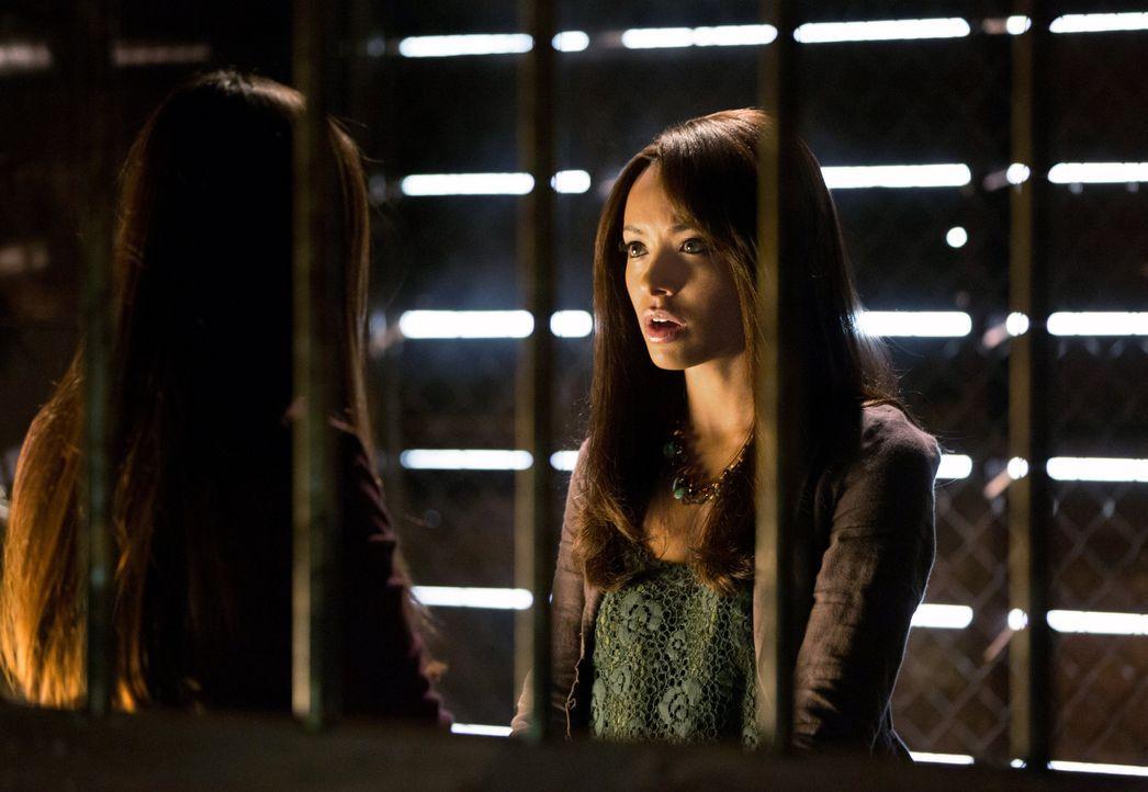 Bonnie hilft Elena - Bildquelle: © Warner Bros. Entertainment Inc.