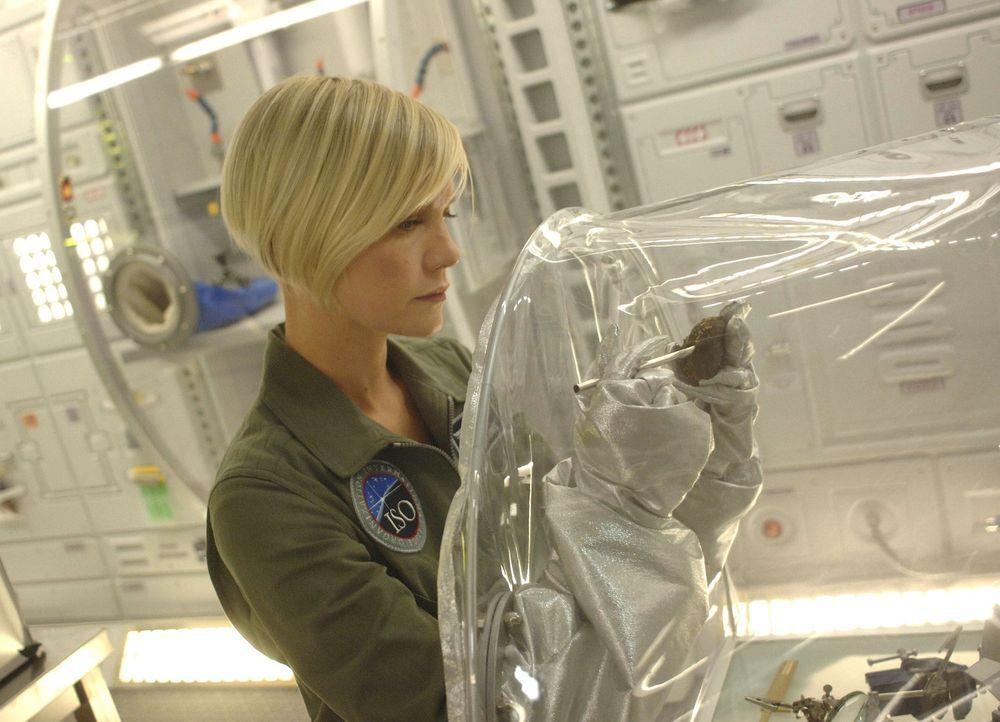 Während des Flugs zur Venus erinnern sich Zoe und Wass an die Zeit der Vorauswahl: Zoe (Laura Harris) hatte damals - im Glauben, am nächsten Tag r... - Bildquelle: 2009 Fox Television Studios.