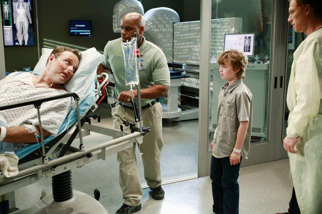 Ethan (Kyle Silverstein, 2.v.r.) kam bei der Explosion eines Gastankers glimpflich davon. Sein Vater Paul (Michael Bale, l.) jedoch kämpft um sein L... - Bildquelle: ABC Studios