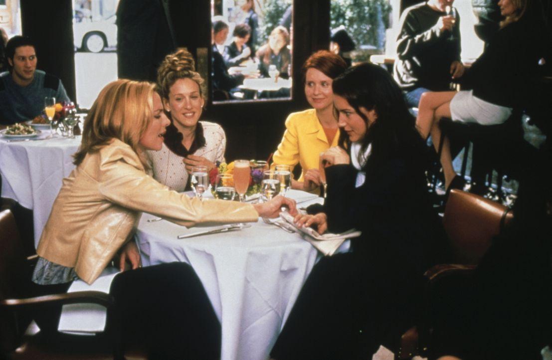 In der Zeitung entdeckt Charlotte (Kristin Davis, r.) zufällig eine furchtbare Mitteilung, die sie Sam (Kim Cattrall, l.), Miranda (Cynthia Nixon, 2... - Bildquelle: Paramount Pictures