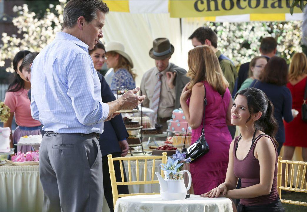 Brick (Tim Matheson, l.) bietet Zoe (Rachel Bilson, r.) eine kleine Finanzspritze an, knüpft diese jedoch an eine harte Bedingung ... - Bildquelle: Warner Brothers