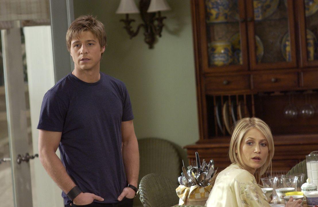 Ryan (Benjamin McKenzie, l.) und Kirsten (Kelly Rowan, r.) machen sich Sorgen um Marissa, die spurlos verschwunden ist ... - Bildquelle: Warner Bros. Television