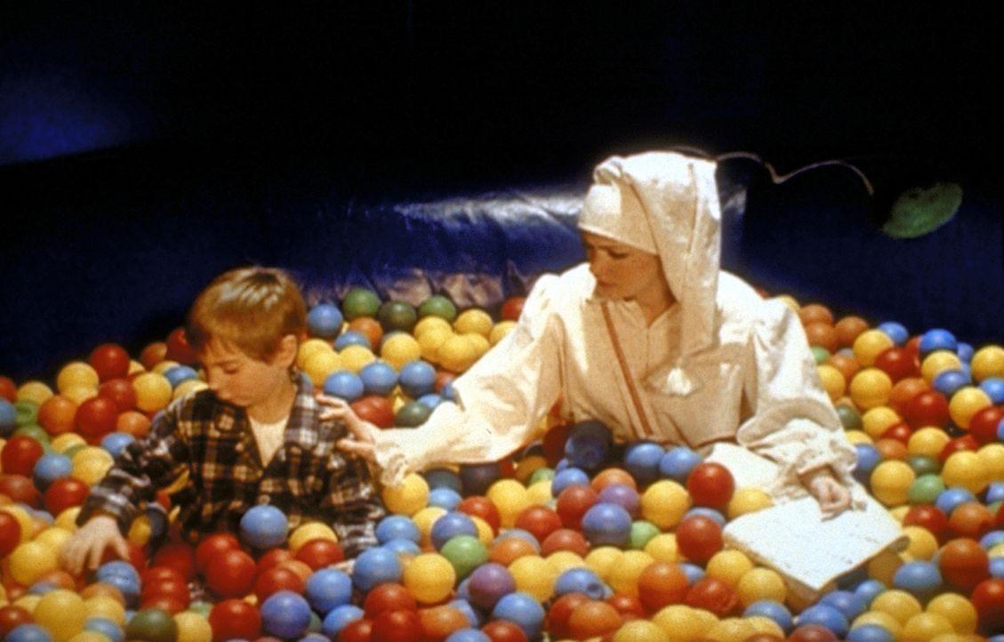Sabrina (Melissa Joan Hart, r.) hat als Sandmännchen die Aufgabe, die Menschen in den Schlaf zu versetzen. Doch sie will wissen, was in den Träume... - Bildquelle: Paramount Pictures
