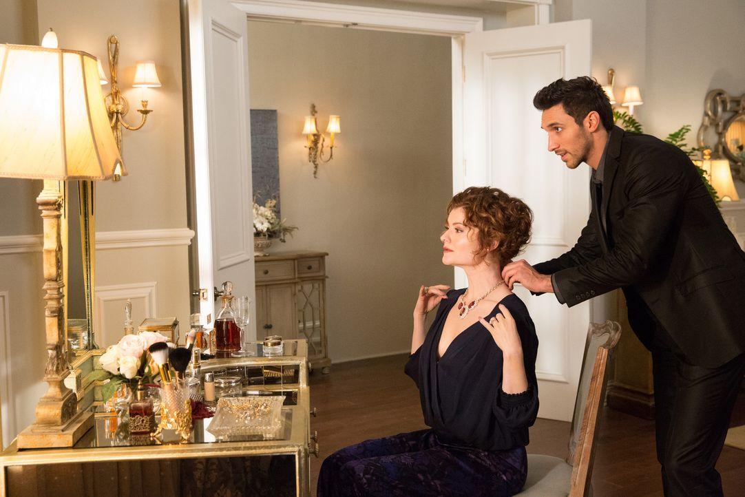Der charmante Tony (Dominic Adams, r.) versteht es den Frauen den Kopf zu verdrehen, gelingt ihm das auch bei seiner neuen Arbeitgeberin Evelyn (Reb... - Bildquelle: 2014 ABC Studios