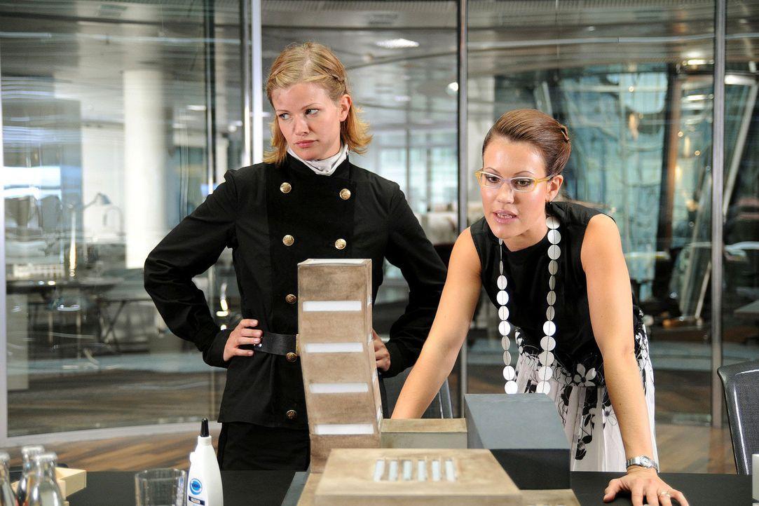Die Schornsteinfegerin Lilly (Mira Bartuschek, l.) gibt ihrer Freundin Sabine (Wolke Hegenbarth, r.) Nachhilfeunterricht in Liebesangelegenheiten -... - Bildquelle: Sat.1