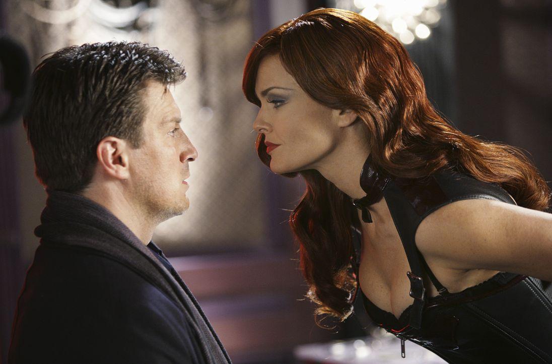 Lady Irena (Dina Meyer, r.) verführt Richard Castle (Nathan Fillion, l.) auf ihre eigene Art und Weise ... - Bildquelle: ABC Studios