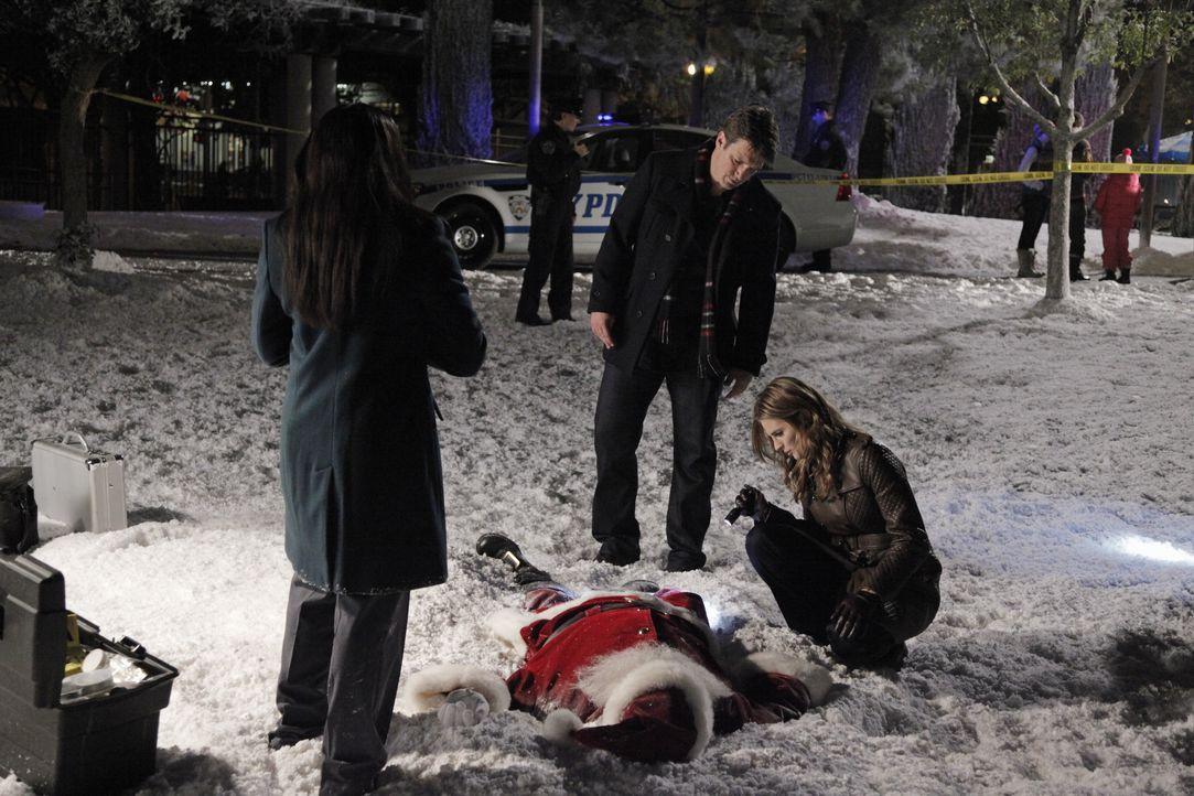Wer hat den Weihnachtsmann getötet? Für Lanie Parish (Tamala Jones, l.) deutet alles darauf hin, dass der Mann vom Himmel gefallen ist. Castle (Nath... - Bildquelle: 2012 American Broadcasting Companies, Inc. All rights reserved.