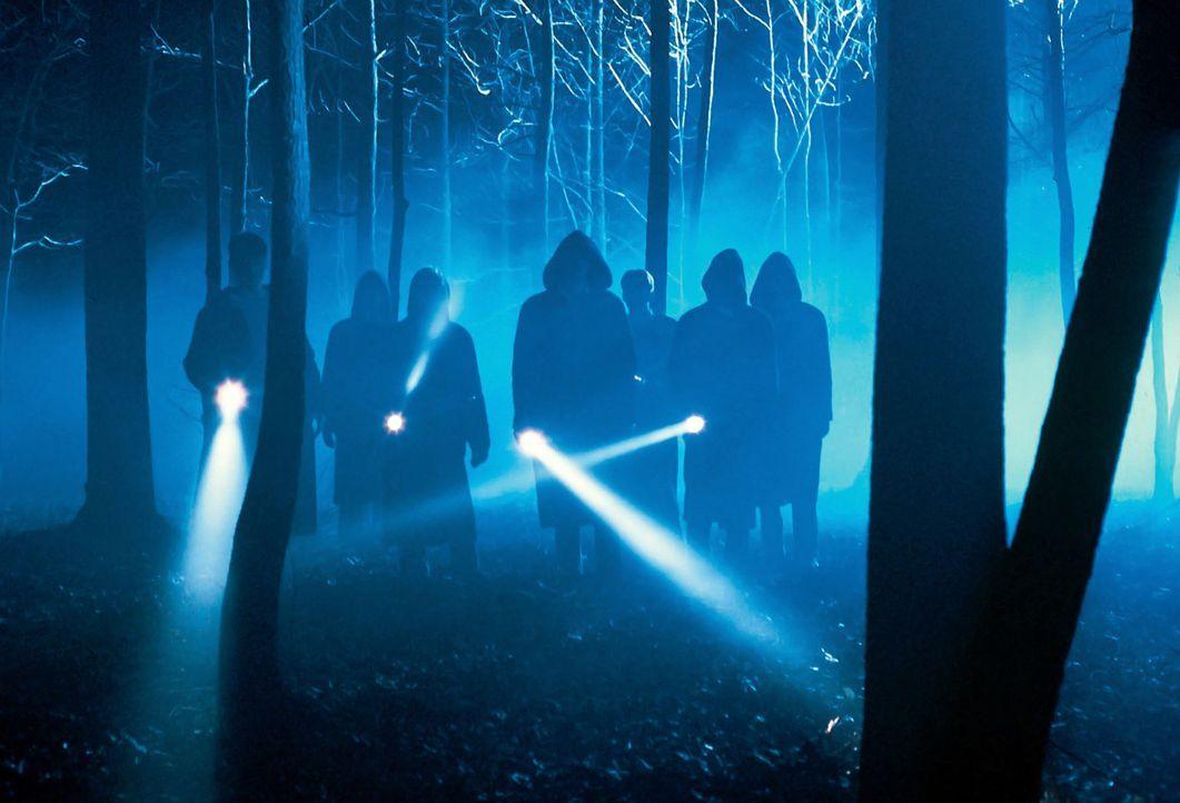 """Die Schüler auf dem nächtlichen Weg in die Höhle des """"CLUB DER TOTEN DICHTER"""". - Bildquelle: Touchstone Pictures"""