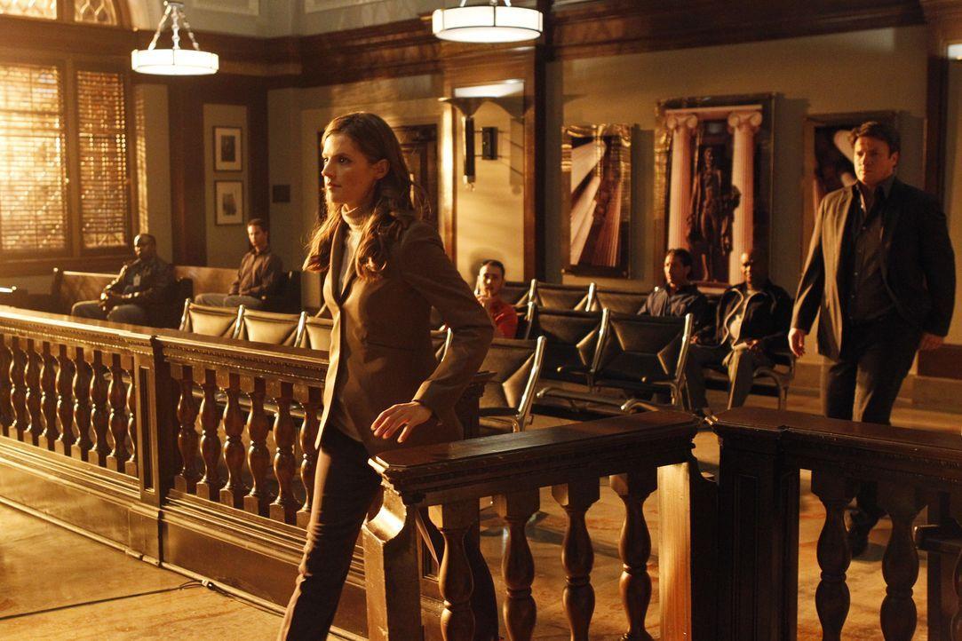 Richard Castle (Nathan Fillion, r.) begleitet Kate Beckett (Stana Katic, l.) zur Gerichtsverhandlung des Auftragsmörders Hal Lockwood, der einen sei... - Bildquelle: ABC Studios