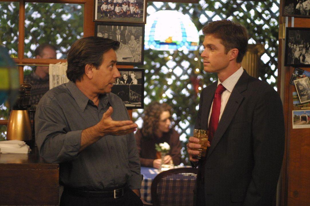 Als Greg Prichard und seine Tochter Kyla spurlos verschwinden, beginnt für Martin (Eric Close , r.) und seine Kollegen ein neuer schwieriger Fall ... - Bildquelle: Warner Bros. Entertainment Inc.