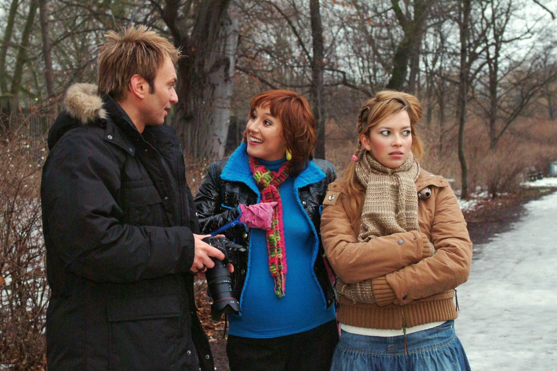 Hannah (Laura Osswald, r.) möchte endlich mit Marc (Jean-Marc Birkholz, l.) allein sein und Yvonne (Bärbel Schleker, M.) loswerden. - Bildquelle: Monika Schürle SAT.1 / Monika Schürle