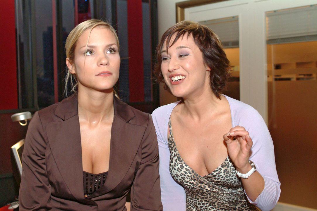Sabrina (Nina-Friederike Gnädig, l.) lässt sich auf ein Gespräch mit Yvonne (Bärbel Schleker, r.) ein, um nebenbei das Telefonat von Lisa zu bel... - Bildquelle: Sat.1