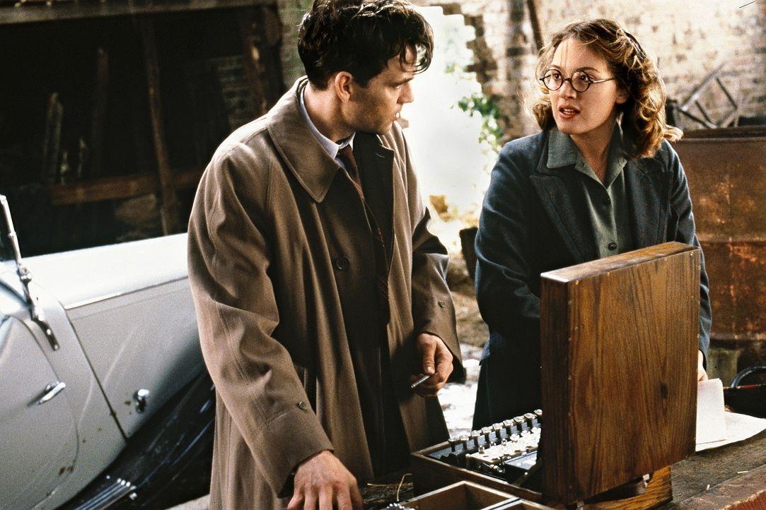 Gemeinsam machen sich Hester (Kate Winslet, r.) und Tom (Dougray Scott, l.) auf die gefährliche Suche der gemeinsamen Freundin ... - Bildquelle: Senator Film