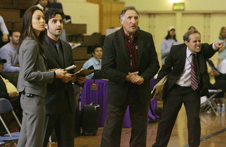 Mit viel Einsatz feuern Liz (Aya Sumika, l.), Alan (Judd Hirsch, 2.v.r..), Larry (Peter MacNicol, r.) und Charlie (David Krumholtz, 2.v.l.) ihr Team... - Bildquelle: Paramount Network Television