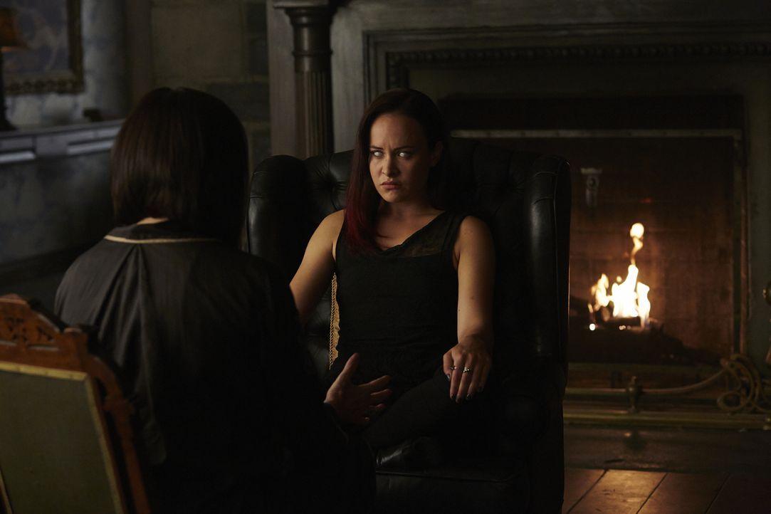 Noch ahnen Paige (Tommie-Amber Pirie, r.) und Ruth (Tammy Isbell, l.) nicht, wie stark die Verbindung zwischen Aleister und Savannah bereits ist ... - Bildquelle: 2015 She-Wolf Season 2 Productions Inc.