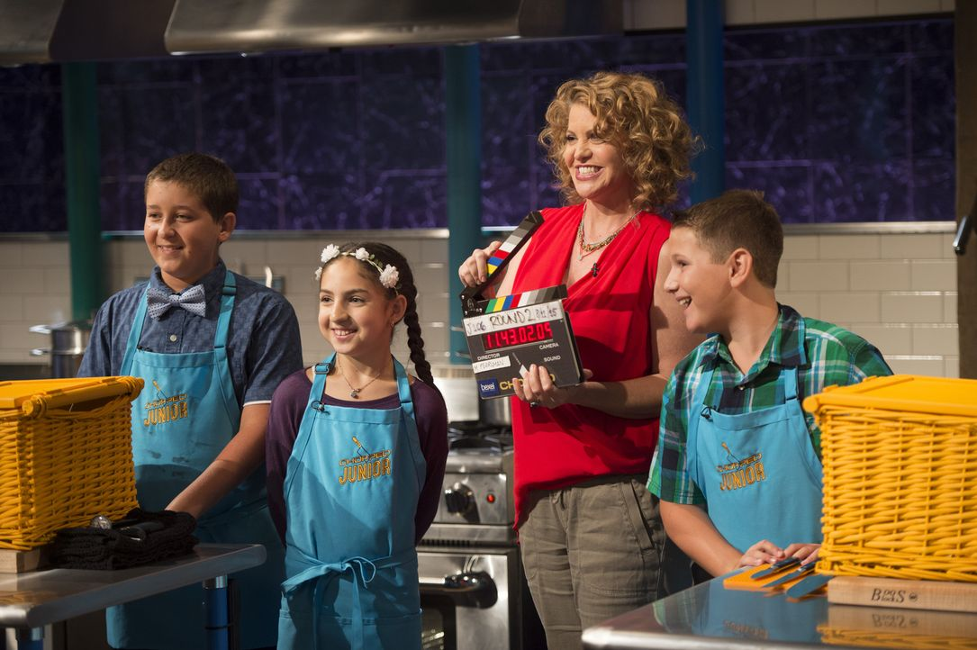 Profiköchin Michelle Bernstein (2.v.r.) ist gespannt, welcher der Junior-Chefs das Kochduell gewinenn wird. Mason (l.), Hanna (2.v.l.) oder Dylan (r... - Bildquelle: Scott Gries 2015, Television Food Network, G.P. All Rights Reserved
