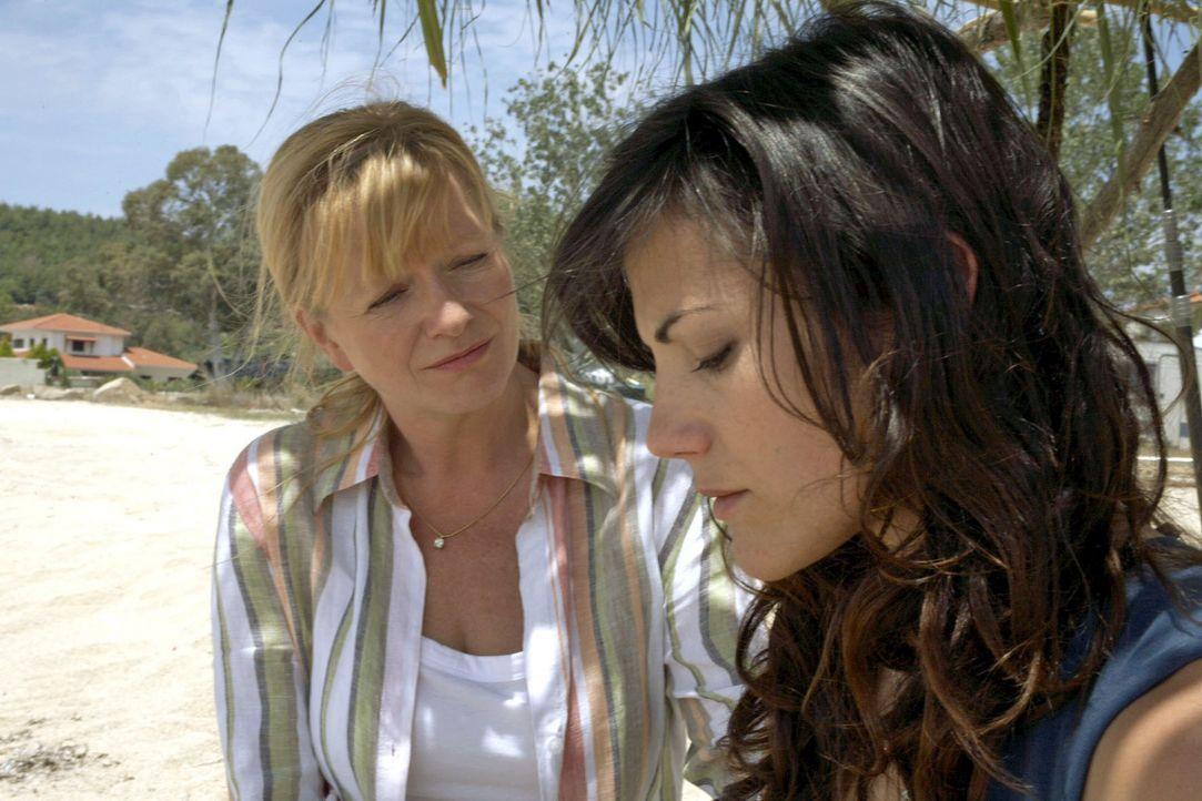 Thomas' Mutter Marlies (Ulrike Mai, l.) unterstützt Claudia (Bettina Zimmermann, r.) vor Ort bei der Suche nach ihrem verschollenen Sohn. - Bildquelle: Sat.1