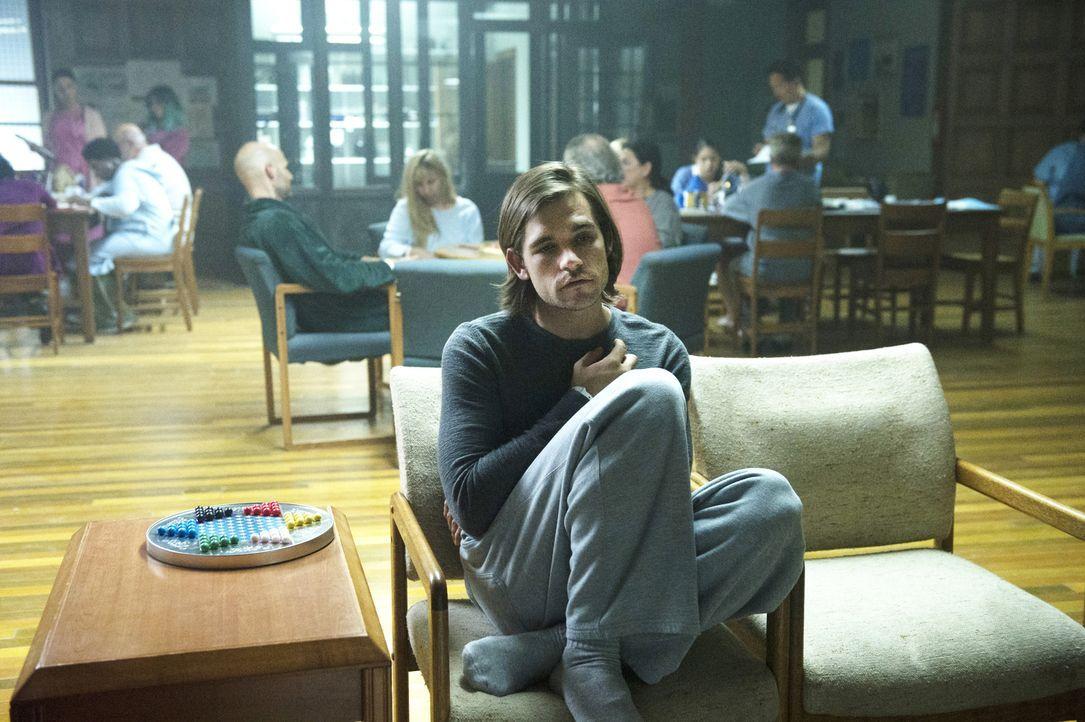 Quentin (Jason Ralph) wacht in einer Nervenheilanstalt auf. Hat er alles nur geträumt? - Bildquelle: 2015 Syfy Media Productions LLC. ALL RIGHTS RESERVED.