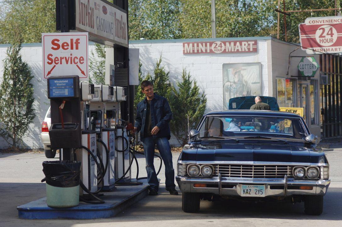 Versuchen einem Freund zu helfen, der unter Mordverdacht steht: Sam (Jared Padalecki, r.) und Dean (Jensen Ackles, l.) ... - Bildquelle: Warner Bros. Television