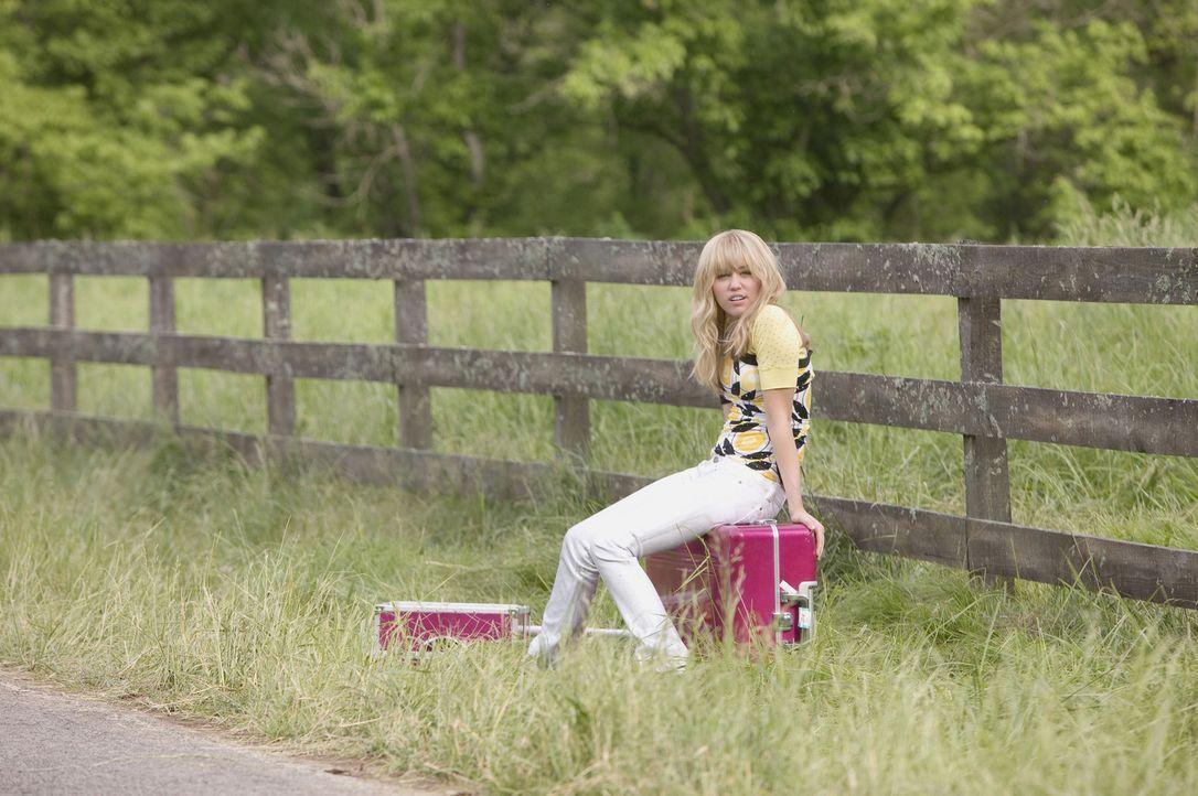 Miley (Miley Cyrus), alias Hannah Montana, kann es nicht glauben: Ihr Vater hat sie doch glatt aufs Land nach Tennessee gekarrt. Dort, wo man weit u... - Bildquelle: Sam Emerson Walt Disney Pictures.  All Rights Reserved