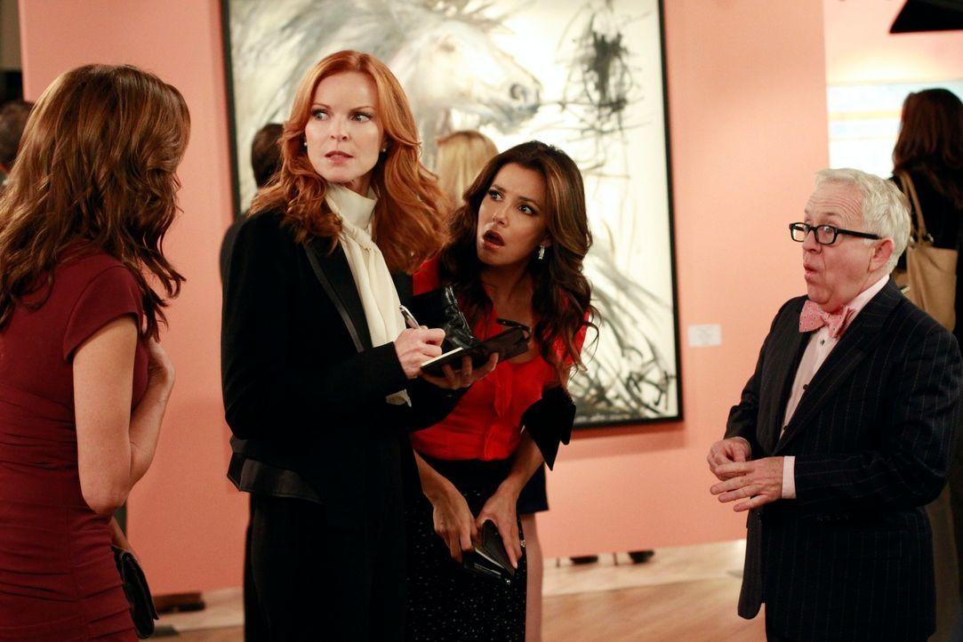Als Susan (Teri Hatcher, l.) ihr Bild in der Galerie von Felix Bergman (Leslie Jordan, r.) sieht, ist sie schockiert und ruft sofort Bree (Marcia Cr... - Bildquelle: ABC Studios