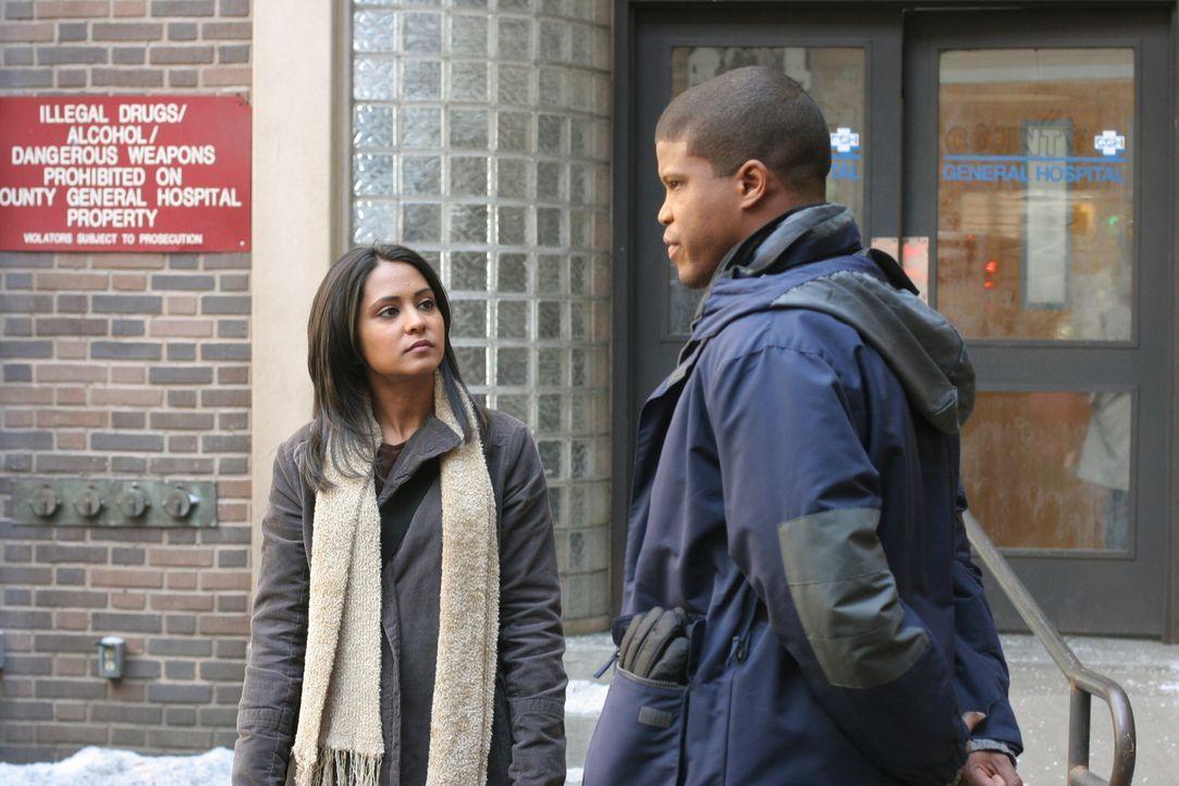 Michael (Sharif Atkins, r.) hat eine Neuigkeit für Neela (Parminder Nagra, l.), über die sie sich allerdings überhaupt nicht freuen kann ... - Bildquelle: Warner Bros. Television